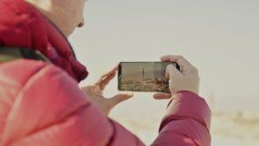 El hombre en chaqueta roja hace las fotos de señales de Florencia con su smartphone metrajes