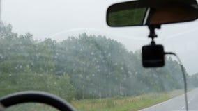 El hombre en el coche está conduciendo a lo largo del camino metrajes