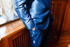El hombre en el azul brillante Foto de archivo libre de regalías