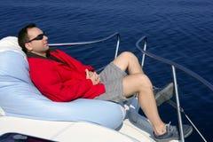 El hombre en el barco del arqueamiento se relajó en bolso de haba imagen de archivo