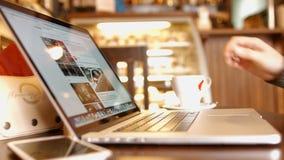El hombre en el café leyó euronews de las noticias en facebook y café de consumición almacen de metraje de vídeo
