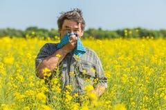 El hombre en el campo sufre de alergias imágenes de archivo libres de regalías
