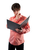 El hombre en el trabajo piensa en informe foto de archivo