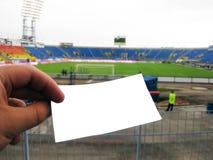 El hombre en el estadio se coloca que celebra un boleto en su mano fotografía de archivo