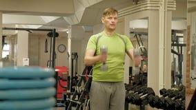 El hombre en el gimnasio Aptitud Forma de vida sana almacen de video