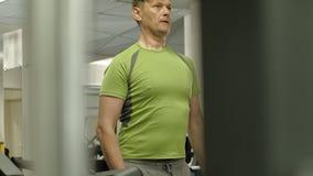 El hombre en el gimnasio Aptitud Forma de vida sana almacen de metraje de vídeo
