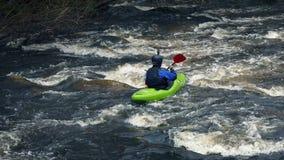 El hombre en kajak va pasado en el río salvaje metrajes