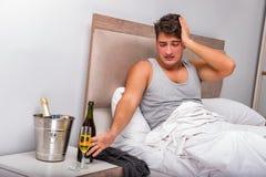 El hombre en la cama después del partido - concepto de la resaca Imagen de archivo