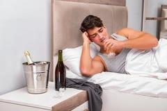 El hombre en la cama después del partido - concepto de la resaca Fotos de archivo
