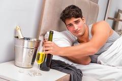 El hombre en la cama después del partido - concepto de la resaca Foto de archivo libre de regalías