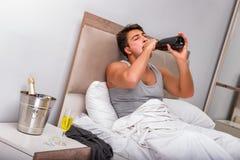 El hombre en la cama después del partido - concepto de la resaca Foto de archivo