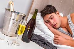 El hombre en la cama después del partido - concepto de la resaca Imagenes de archivo