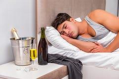 El hombre en la cama después del partido - concepto de la resaca Fotografía de archivo libre de regalías
