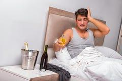 El hombre en la cama después del partido - concepto de la resaca Fotografía de archivo