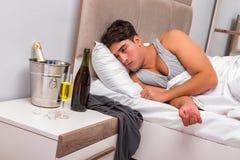 El hombre en la cama después del partido - concepto de la resaca Imagen de archivo libre de regalías