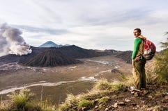 El hombre en la colina está mirando en la erupción del volcán de Bromo Parque nacional de Bromo Tengger Semeru Imagen de archivo