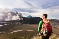 El hombre en la colina está mirando en la erupción del volcán de Bromo Parque nacional de Bromo Tengger Semeru Foto de archivo