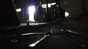 El hombre en la fabricación, recoge de las barras de hierro del piso almacen de metraje de vídeo