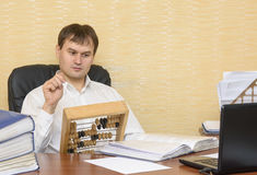 El hombre en la oficina con el asombro mira las cuentas Fotos de archivo libres de regalías