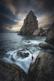 El hombre en los acantilados afila sobre el mar Stylization de Instagram Fotografía de archivo