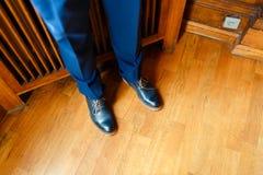 El hombre en los zapatos azules del primer de las piernas del traje Foto de archivo libre de regalías