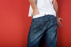 El hombre en pantalones vaqueros adentro mueve hacia atrás Imágenes de archivo libres de regalías
