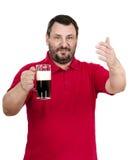 El hombre en polo rojo le invita al fest de la cerveza inglesa Fotos de archivo