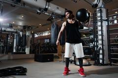 El hombre en ropa de deportes está entrenando en el gimnasio imagenes de archivo