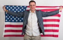 El hombre en ropa elegante con la bandera americana Foto de archivo