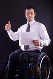 El hombre en silla de ruedas es acertado imágenes de archivo libres de regalías