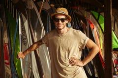 El hombre en sombrero y las gafas de sol que se colocan en la resaca shack Imagenes de archivo