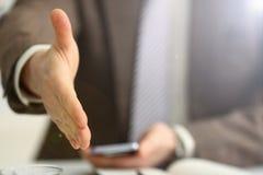 El hombre en traje y el lazo dan la mano como hola fotografía de archivo libre de regalías