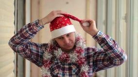 El hombre en un casquillo rojo celebra Año Nuevo almacen de metraje de vídeo