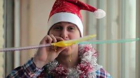 El hombre en un casquillo rojo celebra Año Nuevo almacen de video