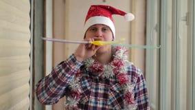 El hombre en un casquillo rojo celebra Año Nuevo metrajes