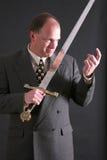 El hombre en un juego con una espada que indica ?viene aquí? Imagenes de archivo