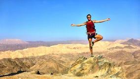 El hombre en un pico Foto de archivo libre de regalías