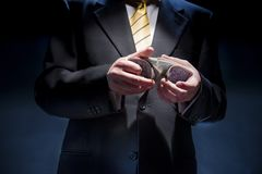El hombre en un traje mezcla tarjetas Imagen de archivo