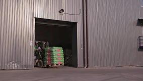 El hombre en una carretilla elevadora sale con Warehouse grande almacen de metraje de vídeo