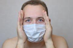 El hombre en una máscara protectora Foto de archivo