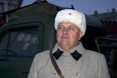 El hombre en uniforme militar elaborado presenta para las fotos con los visitantes de la exposición imagen de archivo
