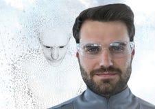 El hombre en vidrios y el varón 3D formó código binario contra el cielo y las nubes Imagen de archivo libre de regalías