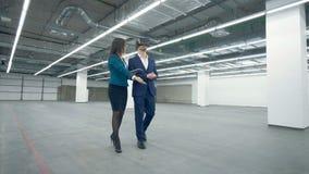 El hombre en VR-vidrios está consiguiendo llevado a través de la propiedad por un agente de la señora almacen de video