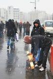 El hombre enciende un fuego en la calle Fotografía de archivo