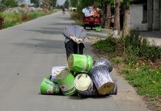 Pengzhou, China: Hombre que tira de las latas de la pintura Fotografía de archivo