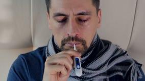 El hombre enfermo que toma su temperatura Retrato Primer 4K almacen de video
