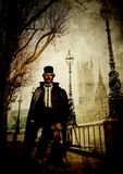 El hombre enmascarado fantasma con los ojos sangrientos camina en Londres cerca del río Támesis Imagen de archivo