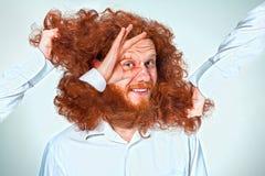 El hombre enojado que rasga su pelo Imagenes de archivo