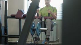 El hombre entra para los deportes en el gimnasio Aptitud Forma de vida sana almacen de metraje de vídeo