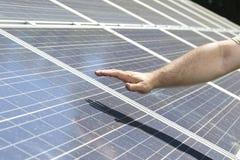 El hombre entrega el panel solar, energía verde Fotos de archivo